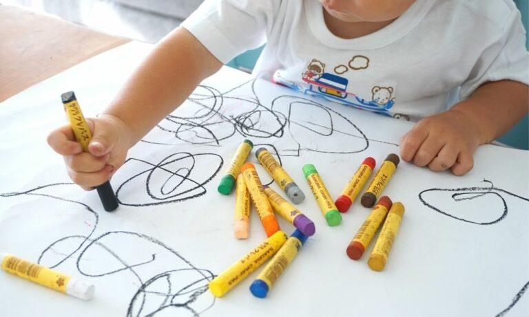 Barn som ritar med kritor